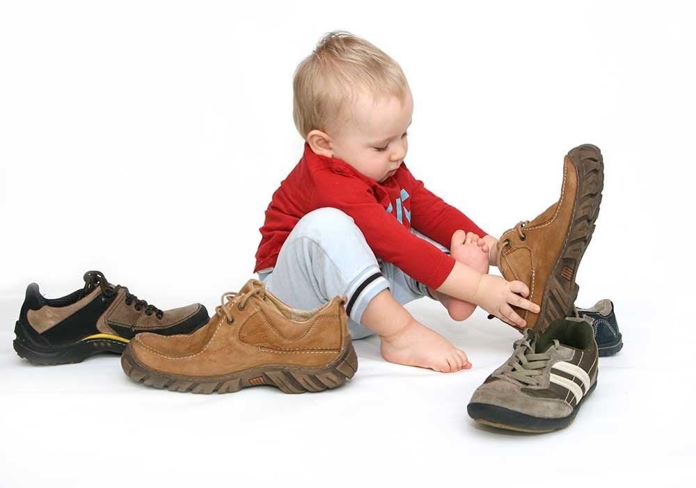 niño calzado