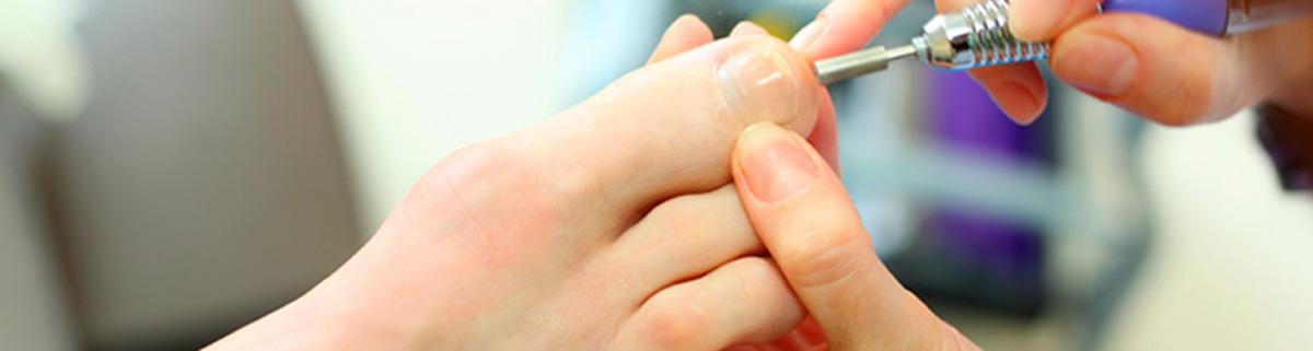 Podólogo aplicando quiropodia